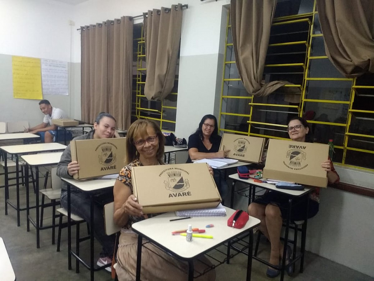 Prefeitura entrega kits escolares aos alunos do EJA