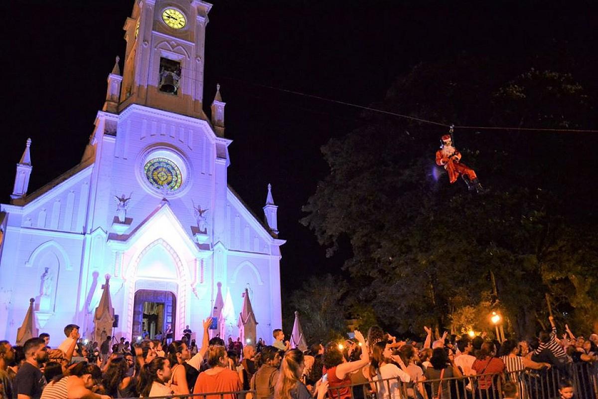 Papai Noel chega de tirolesa e encanta público em Avaré