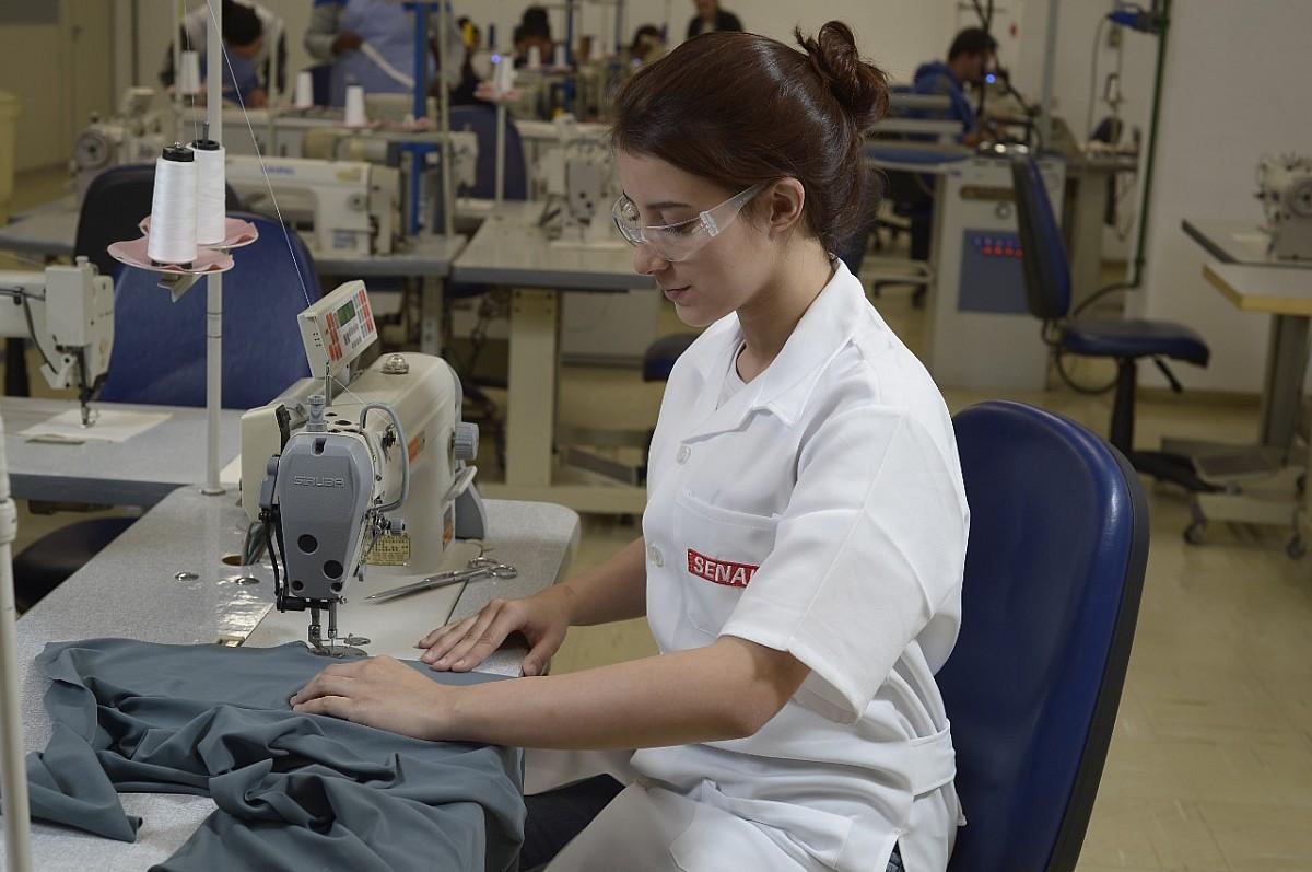 Senai está com inscrições abertas para curso gratuito de Costureiro Industrial do Vestuário
