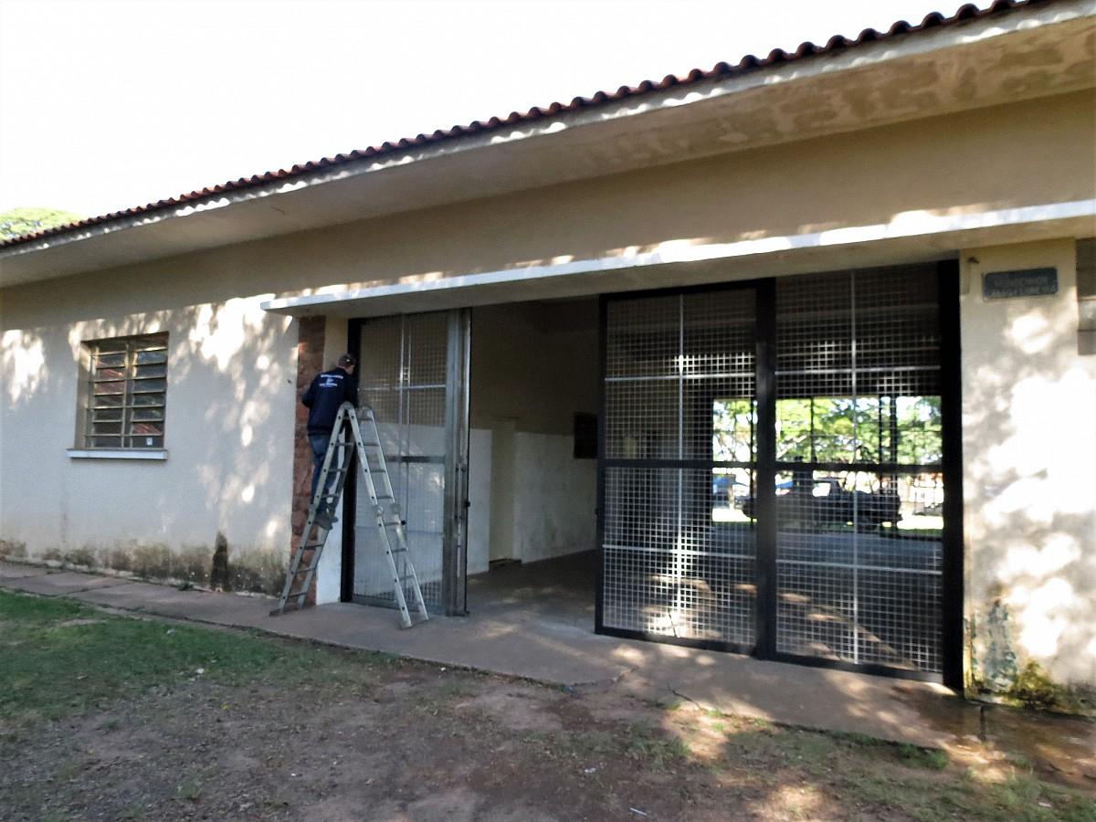 Portões com grades são instalados no prédio do CAIC