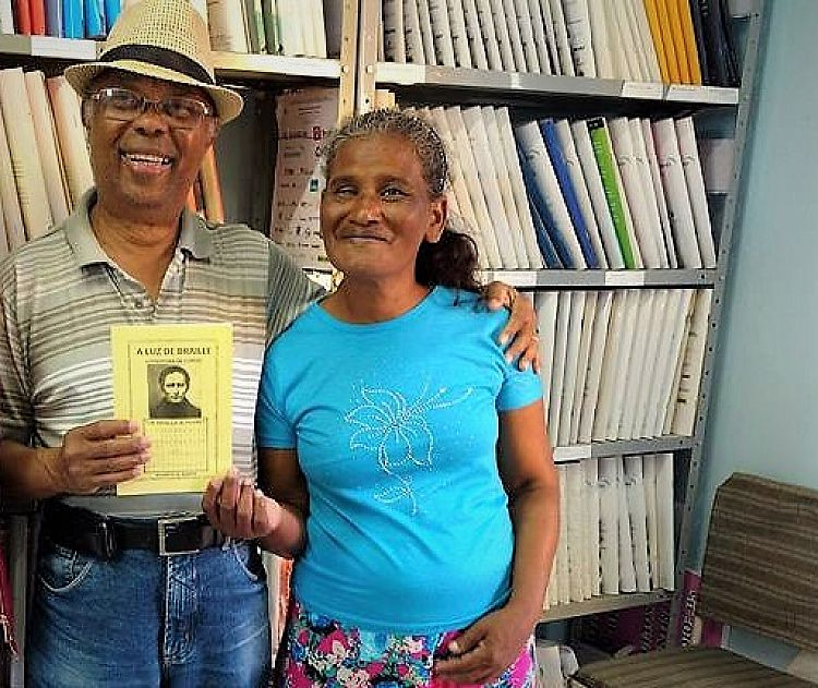 Escritor entregou exemplares para a Biblioteca Braile