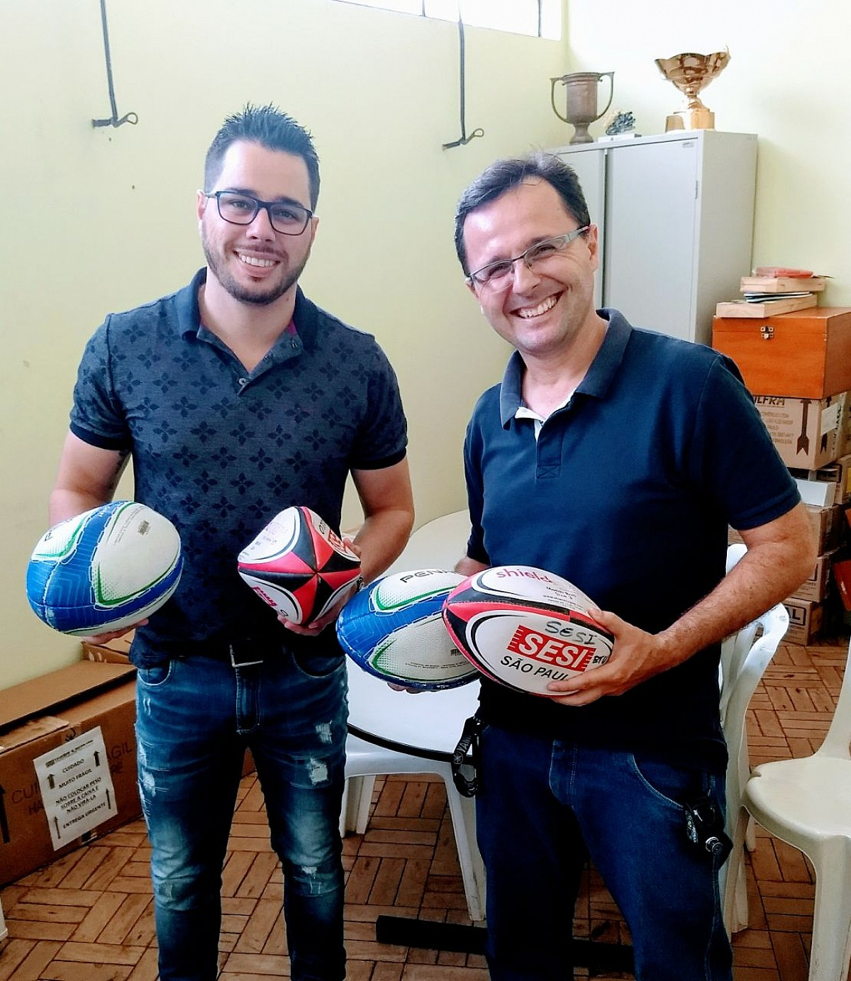 Escola recebe bolas para aulas de futebol americano