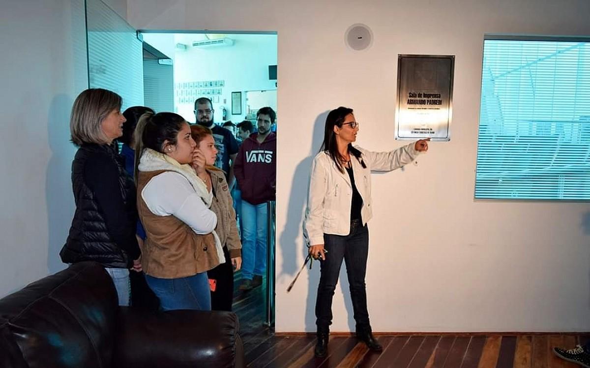 Universitários visitam prédio modelo de sustentabilidade
