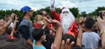 Papai Noel é recepcionado por crianças após descer de paraquedas na Emapa