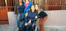 Secretarias entregaram cadeira de rodas