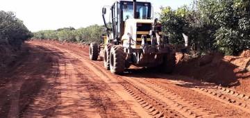 Prefeitura adequa estrada rural utilizada para escoamento de produção agrícola