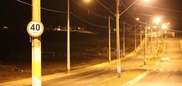 """Após receber sinalização e calçamento, Avenida """"Tininho Negrão"""" ganha iluminação"""