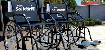 Campanha Lacre Solidário entrega duas cadeiras de roda