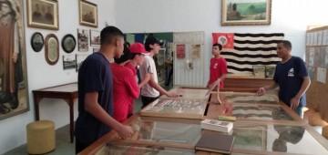 Alunos de escola estadual visitam mostra sobre Revolução de 32