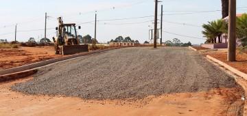 Prefeitura asfalta vias para melhorar interligação de bairros