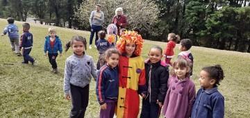 Crianças recriam Sítio do Picapau Amarelo no encerramento do Projeto Folclore