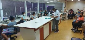 Aulas dos cursos de costureiro de máquina e operador de microcomputador são iniciadas