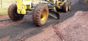 Prefeitura promove manutenção em estrada no Bairro Andrade e Silva