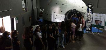 Diversos alunos visitaram o Planetário Móvel