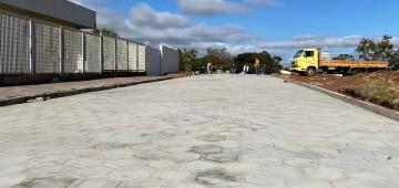 Via próxima à delegacia é pavimentada no Santa Elizabeth