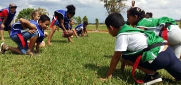 Escola inova com aulas de futebol americano