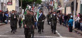 Comemoração do aniversário movimentou ruas da cidade no domingo