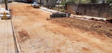 Prefeitura conclui obra emergencial em rua danificada pela chuva