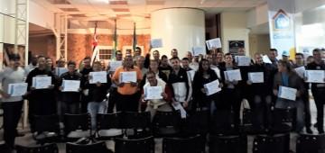 Participantes do curso de soldagem recebem certificado