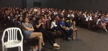 Espetáculo teatral reúne mais de 800 alunos no Centro Cultural